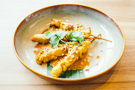 Carne de pollo a la parrilla satay con salsa dulce - estilo de comida tailandesa, procesamiento de filtro de color Foto de archivo