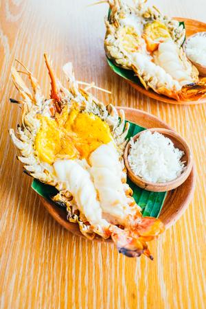 Grilled shrimp or prawn steak with spicy and fish sauce Lizenzfreie Bilder