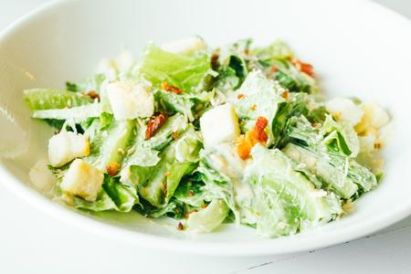 Salada Caesar grelhada com legumes frescos em chapa branca - estilo de comida saudável Foto de archivo