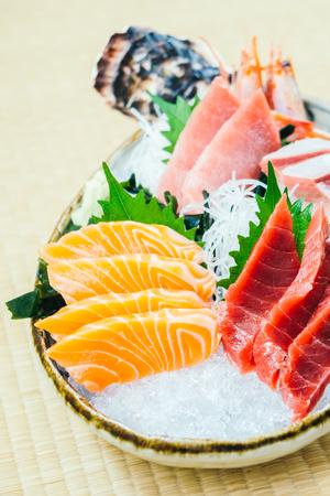 Roher und frischer Lachethunfisch und anderes Sashimifischfleisch - japanischer Lebensmittelstil