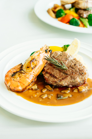 tabla de surf: Surf and turf or Grilled beef meat with prawn steak and vegetable in white plate