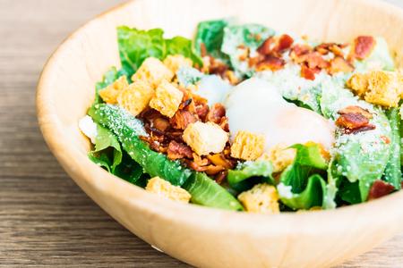 Caesar vegetable salad in wooden bowl - Healthy food style Lizenzfreie Bilder