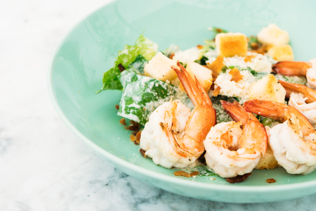 Caesar salad with shrimp or prawn in plate - Healthy food style Lizenzfreie Bilder