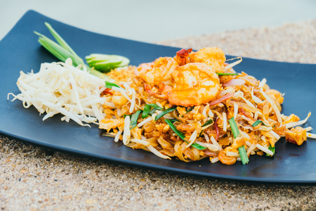 Stir fried noodles with prawn and shrimp in plate or Pad Thai Zdjęcie Seryjne
