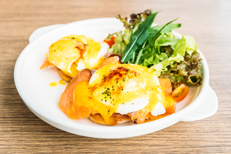 Eggs benedict with smoked salmon in white plate for breakfast Banque d'images