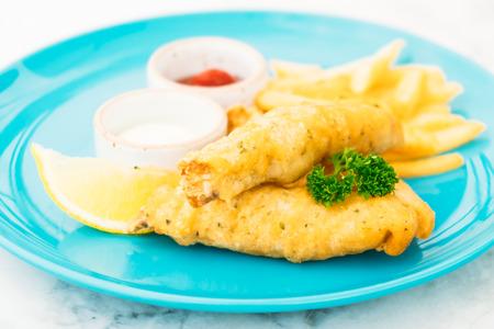 Рыба и чипсы в тарелке