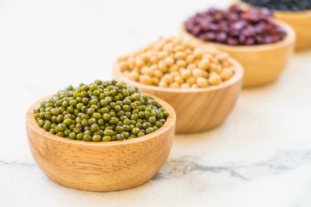 haricots mélangés avec rein haricot noir et soja - concept de régime de style de nourriture saine et de la nutrition