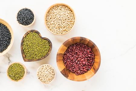 신장이 무성한 흑인과 간장 콩을 섞은 콩 - 건강과 영양 식품 컨셉 스타일