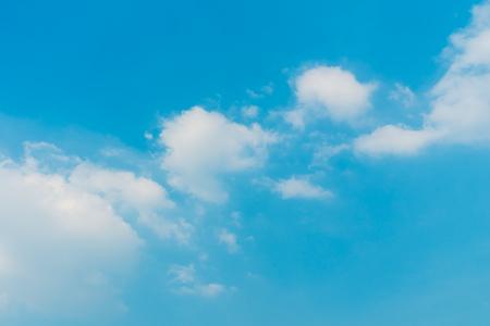 Beautiful white cloud on blue sky background Standard-Bild
