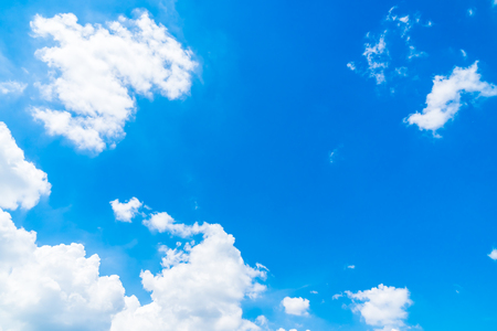Beautiful white cloud on blue sky background 免版税图像