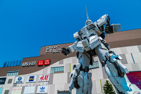 TOKYO JAPAN - 1 AUG 2018 : Beautiful Giant Unicorn Gundam Model and statue standing at front of Diver city plaza Tokyo shopping mall in Odaiba island japan 新聞圖片