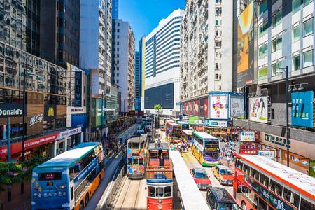Hong Kong, China - 15. September 2018: Schöne Architektur und Gebäude mit vielen Menschen und Verkehr in Hongkong um Dammbucht