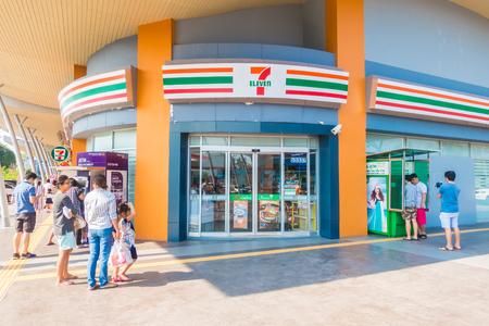 NONTHABURI, THAILAND 20. JANUAR 2018 7-11 ist der Convenience-Shop und das Geschäft mit vielen Franchise-Unternehmen in Thailand