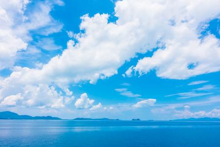 Bellissimo mare e oceano con nuvole su sfondo blu cielo Archivio Fotografico