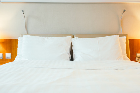 White pillow on bed decoration in hotel bedroom interior 免版税图像