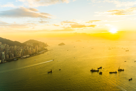 Beautiful colorful sunset in hong kong city skyline with sea and ocean bay Imagens - 115505005