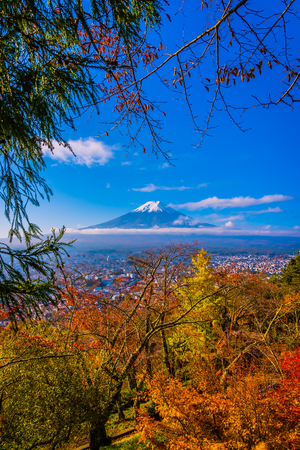 Beautiful landscape of mountain fuji around maple leaf tree with white cloud and blue sky in autumn season at Yamanashi Japan Imagens - 115505221