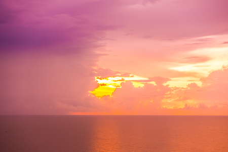 Beautiful tropical sea and ocean on cloud with sky at sunrise times Imagens