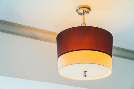 Piękna lampa sufitowa dekoracja wnętrza sypialni hotelowej