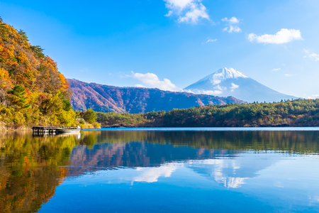 Beautiful landscape of mountain fuji with maple leaf tree around lake in Yamanashi Japan 版權商用圖片 - 114905102