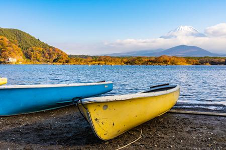 Beautiful landscape of mountain fuji with boat and maple leaf tree around lake in autumn season Yamanashi Japan Standard-Bild - 115267274