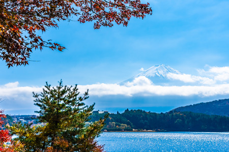 Beautiful landscape of mountain fuji with maple leaf tree around lake in autumn season Фото со стока - 114915901