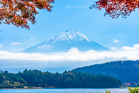 Beautiful landscape of mountain fuji with maple leaf tree around lake in autumn season Фото со стока - 114915932