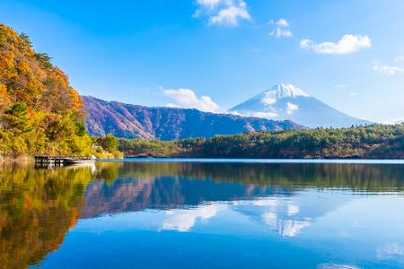 Beautiful landscape of mountain fuji with maple leaf tree around lake in Yamanashi Japan 版權商用圖片 - 114913744