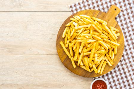 Patatine fritte su piatto di legno con salsa di pomodoro o ketchup - Cibo spazzatura o malsano