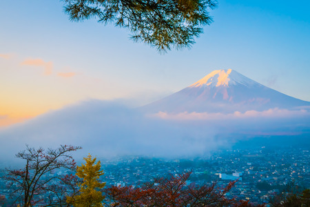 Beautiful landscape of mountain fuji around maple leaf tree with white cloud and blue sky in autumn season at Yamanashi Japan Imagens - 115468530