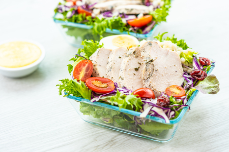 Grilled chicken meat breast with fresh vegetable salad - Healthy food style Imagens - 115468539