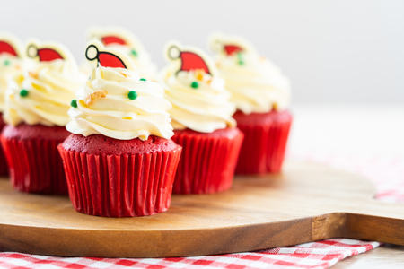 Sweet dessert with cupcake red velvet and chocolate christmas hat on top Imagens - 115468541