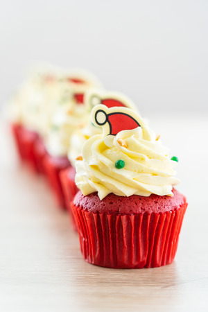 Sweet dessert with cupcake red velvet and chocolate christmas hat on top Imagens - 115468285