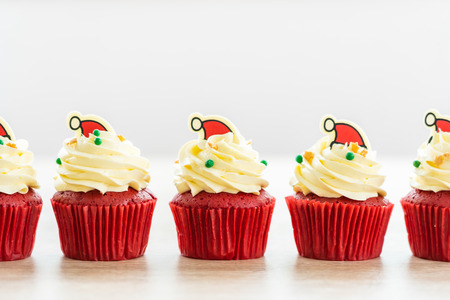 Sweet dessert with cupcake red velvet and chocolate christmas hat on top Imagens - 115468289