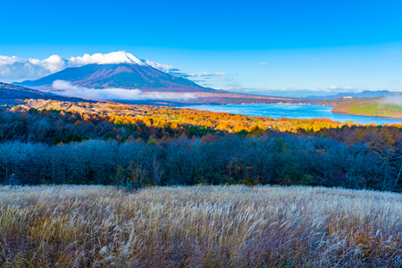 Beautiful landscape of fuji mountain in yamanakako or yamanaka lake in autumn season Japan Standard-Bild - 114962636