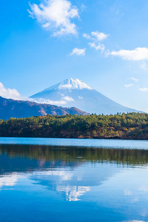 Beautiful landscape of mountain fuji with maple leaf tree around lake in Yamanashi Japan 写真素材 - 114961487