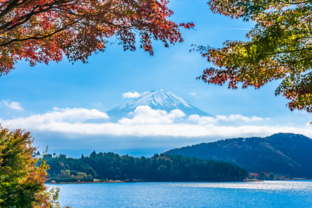 Beautiful landscape of mountain fuji with maple leaf tree around lake in autumn season Standard-Bild - 114961247