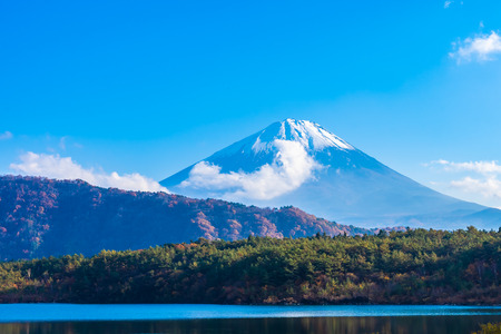 Beautiful landscape of mountain fuji with maple leaf tree around lake in Yamanashi Japan Foto de archivo - 114960103
