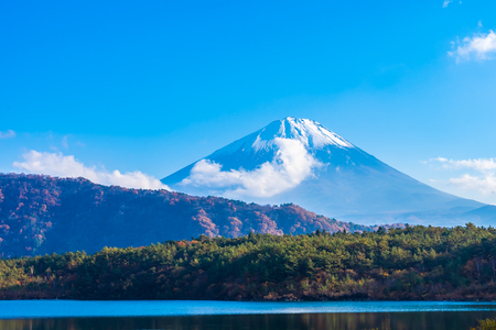 Beautiful landscape of mountain fuji with maple leaf tree around lake in Yamanashi Japan Foto de archivo - 114959872