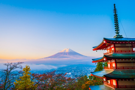 Beautiful landscape of mountain fuji with chureito pagoda around maple leaf tree in autumn season at Yamanashi Japan Standard-Bild - 114944541