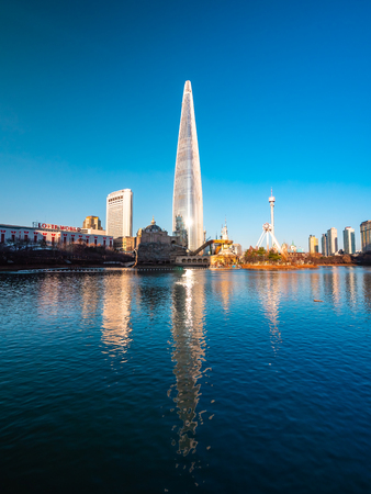 Seoul, South Korea : 8 December 2018 Beautiful architecture building Lotte tower is the one of landmark in Seoul City Foto de archivo - 114944534