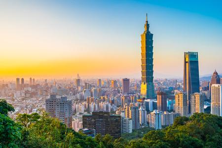 Schöne Landschaft und Stadtbild von Taipei 101 Gebäude und Architektur in der Skyline der Stadt bei Sonnenuntergang in Taiwan Standard-Bild