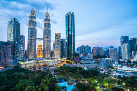 Beautiful architecture building exterior city in kuala lumpur skyline at night 免版税图像