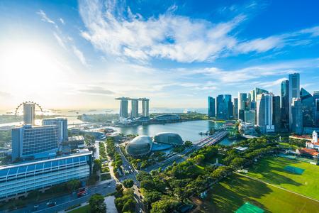 Hermoso paisaje urbano exterior del edificio de arquitectura en el horizonte de la ciudad de Singapur con nubes blancas en el cielo azul