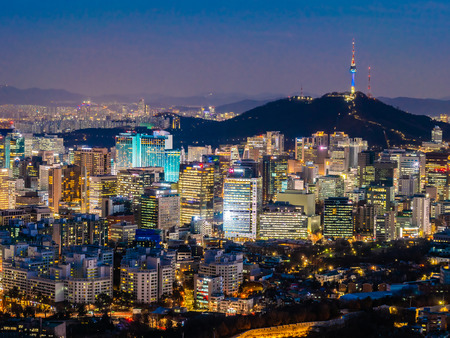 Hermosa arquitectura edificio paisaje urbano con torre en la ciudad de Seúl, Corea del Sur