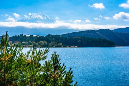 Beautiful landscape of mountain fuji with maple leaf tree around lake in autumn season Standard-Bild