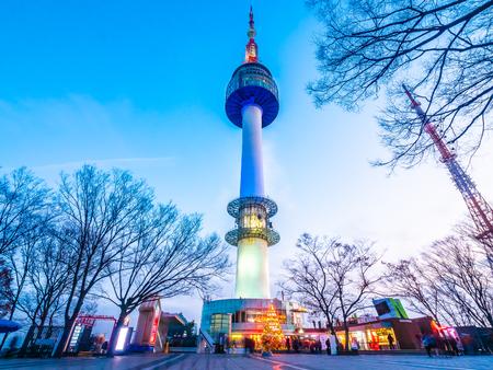 Piękna architektura budynku N Seoul tower na górskim zabytku namsan miasta Seul w Korei Południowej
