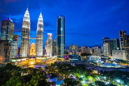 Prachtige architectuur aan de buitenkant in de stad Kuala Lumpur in Maleisië voor reizen in de schemering Stockfoto