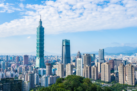 Beautiful landscape and cityscape of taipei 101 building and architecture in the city skyline with bluesky and white cloud at Taiwan 免版税图像 - 119753980
