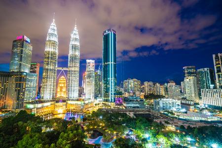 Hermosa arquitectura exterior del edificio en la ciudad de Kuala Lumpur en Malasia para viajar en la noche del crepúsculo